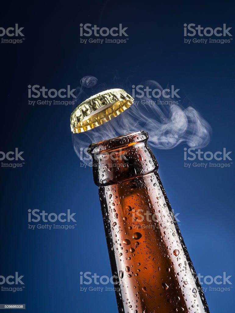 Apertura de cerveza tapa con la salida de gas. - foto de stock