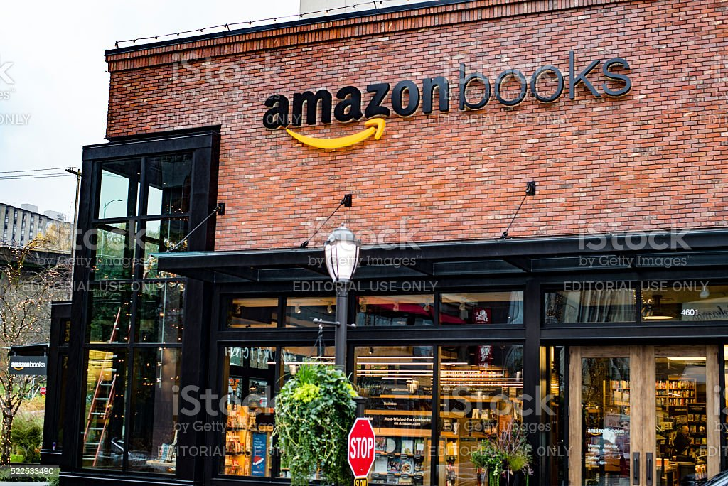 La apertura de los libros de Amazon en De Seattle Universidad Aldea - foto de stock