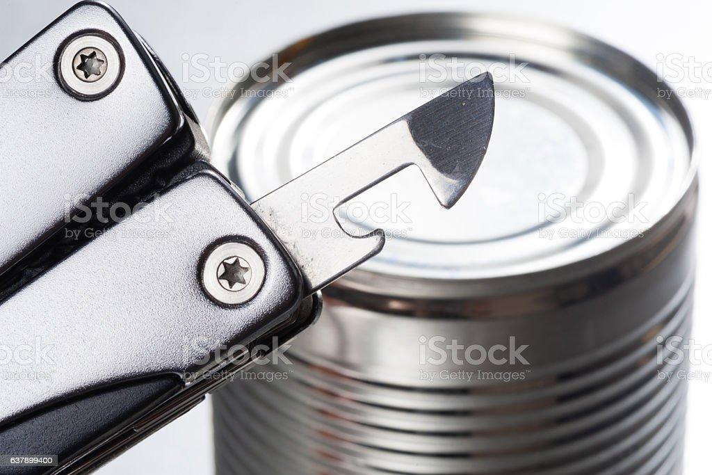 opening the tin - foto de stock