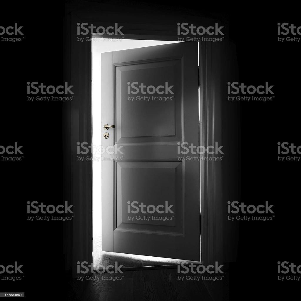 Eröffnung Weiß Tür In Einem Dunklen Raum Mit Licht Im Freien