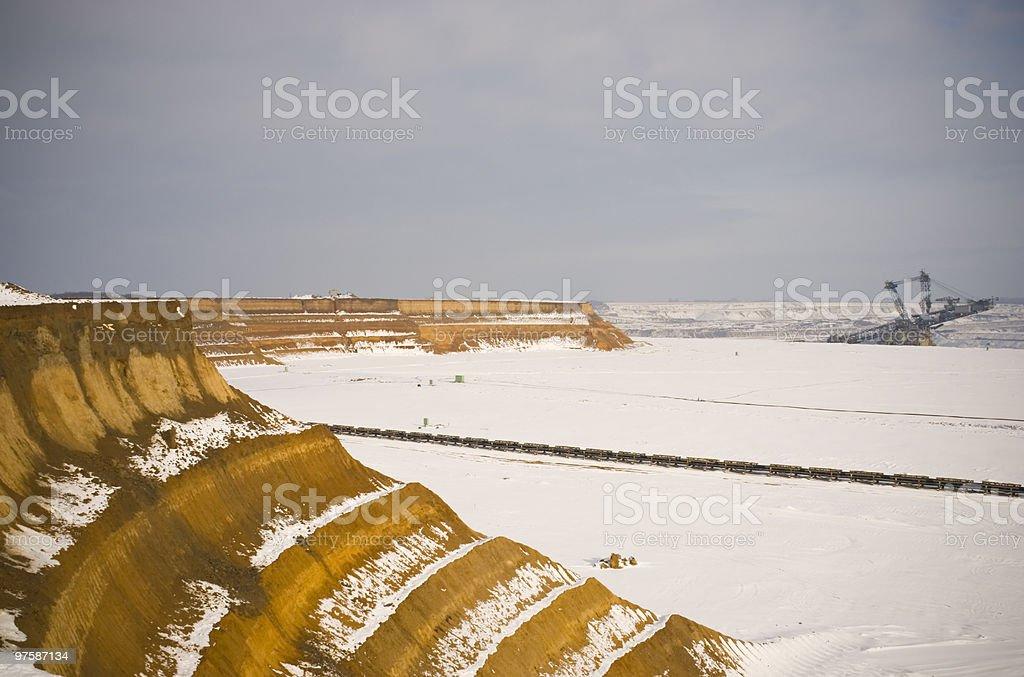 mine à ciel ouvert avec de la neige photo libre de droits