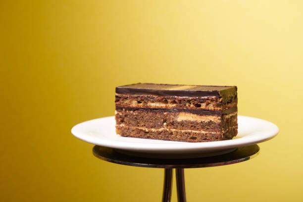 oper-kuchen-scheibe auf einem weißen teller - musik kuchen stock-fotos und bilder