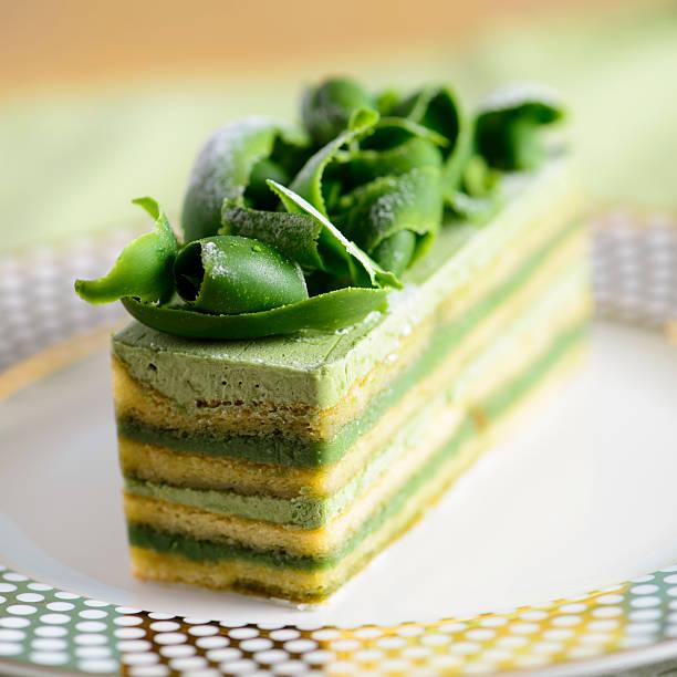 """""""opera"""" kuchen mit schokolade-curls matcha - grüntee kuchen stock-fotos und bilder"""