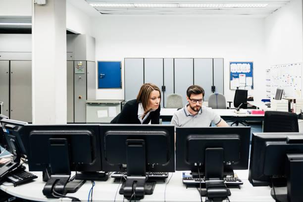 Betriebsleiter, die Unterstützung der Kollegen im Kontrollraum Fabrik – Foto