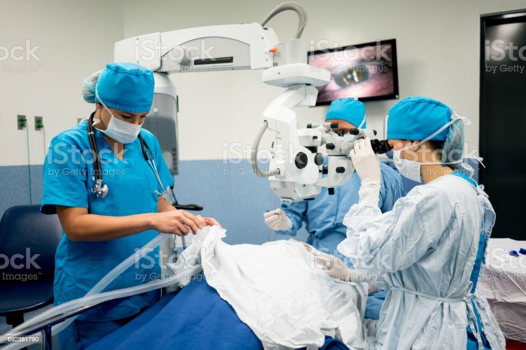 Augenchirurg Durchführung einer Augenoperation im Krankenhaus – Foto