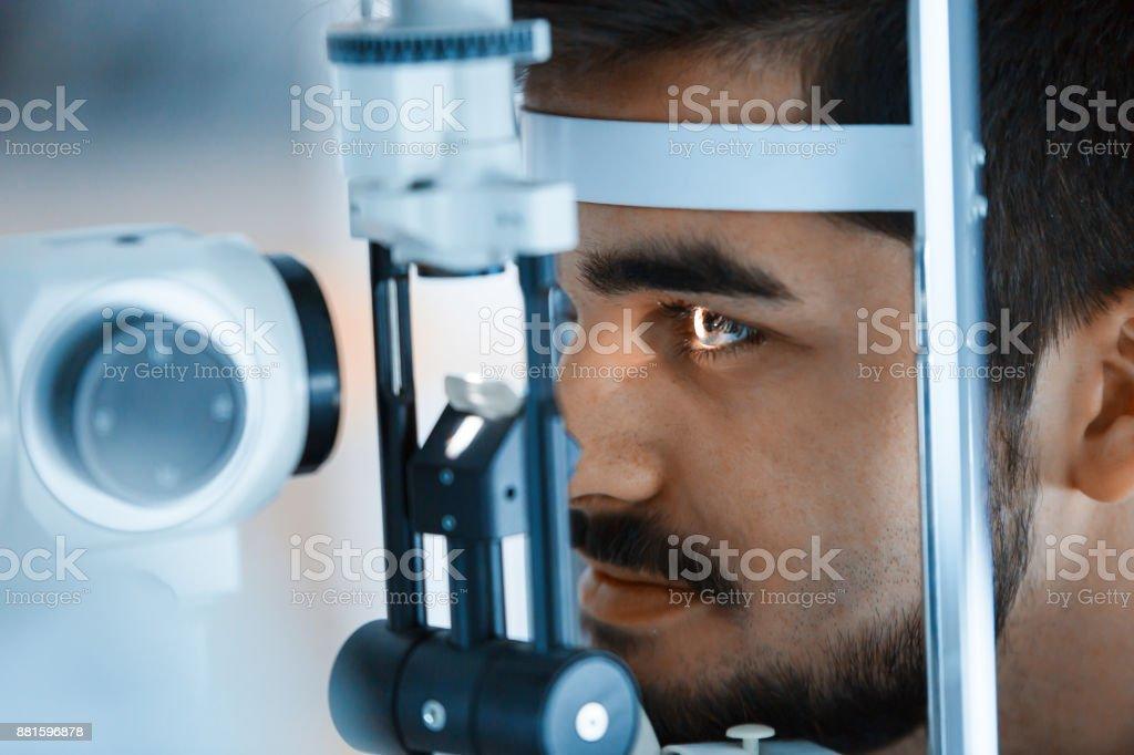 Augenheilkunde-Konzept. Patienten-Augenuntersuchung-Vision in ophthalmologischen Klinik – Foto
