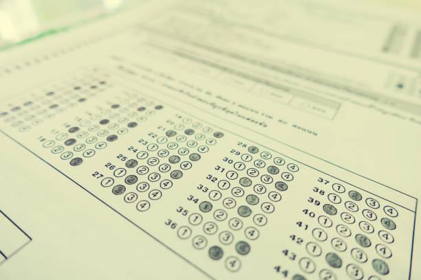 optische form des standardisierten tests mit antworten sprudelnd und einer schwarzen bleistifttests, antwortbogen, bildungskonzept, selektiver fokus, jahrgang - multiple intelligenz umfrage stock-fotos und bilder