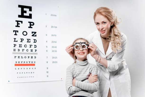 Optician. Jovencita sometida a los ojos - foto de stock