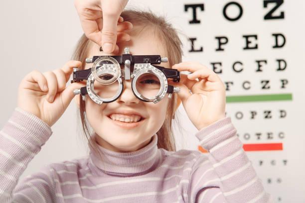 Optician. Jovencita sometida a examen ocular - foto de stock