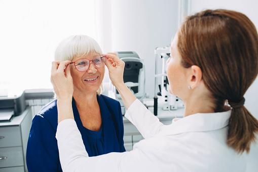 Optomerist Setzt Neue Brille Auf Matue Frau Gesicht Stockfoto und mehr Bilder von Allgemeinarztpraxis