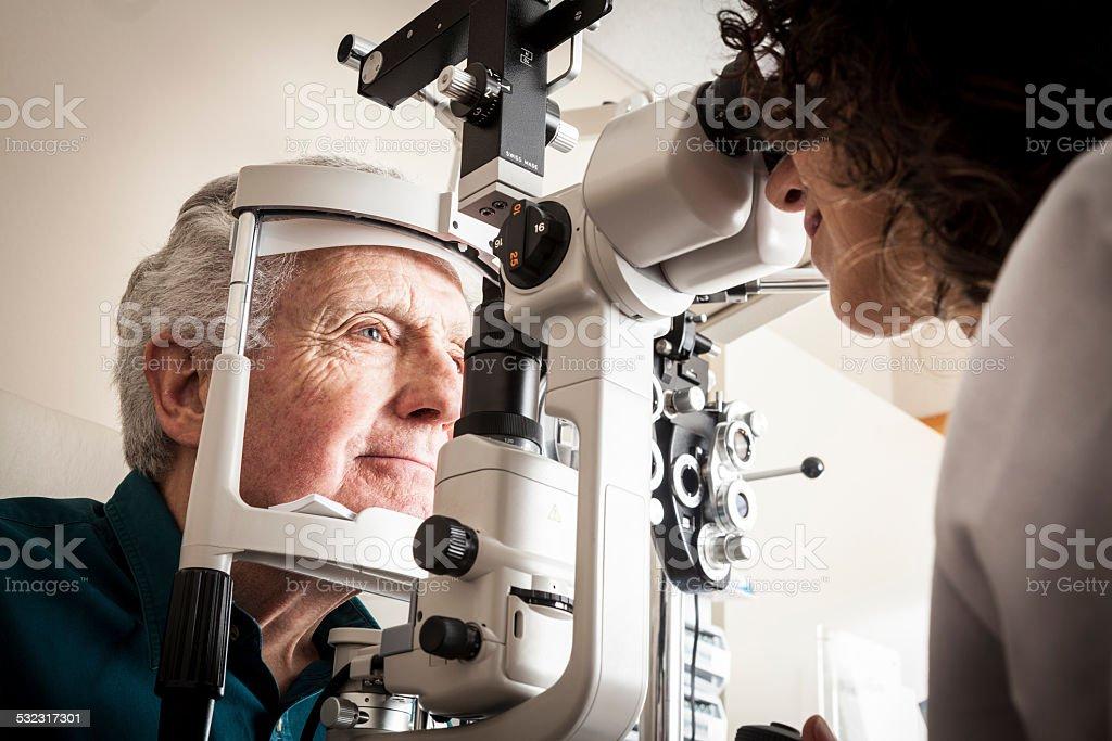 Augenoptiker mit Patienten – Foto