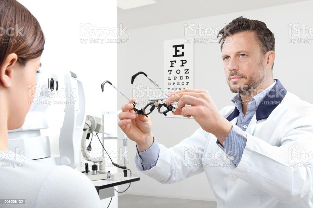 Fotografía de Optometrista Con Marco Prueba Examen Vista Mujer ...