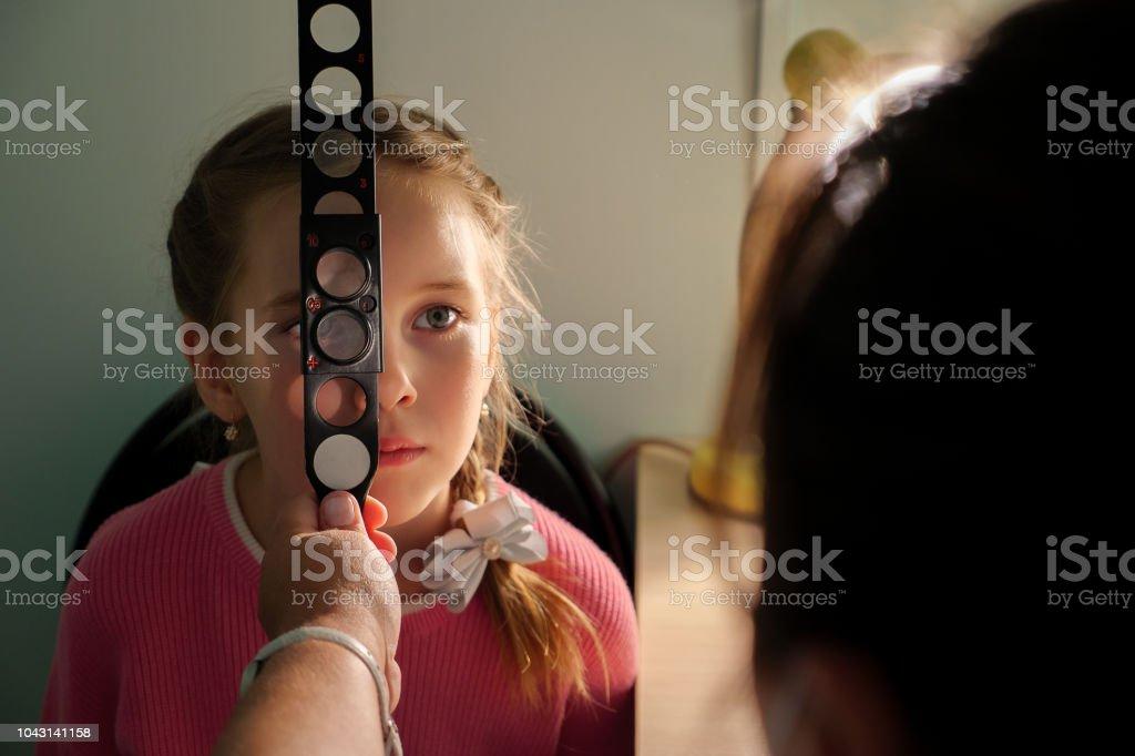 Optometrie Konzept - Arzt mit Lupe untersuchen kleines Mädchen – Foto