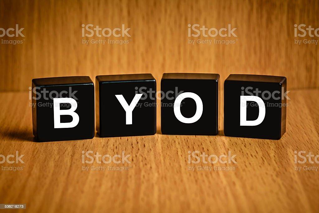 BYOD oder bringen Sie Ihr eigenes Gerät Wort auf schwarzen block – Foto