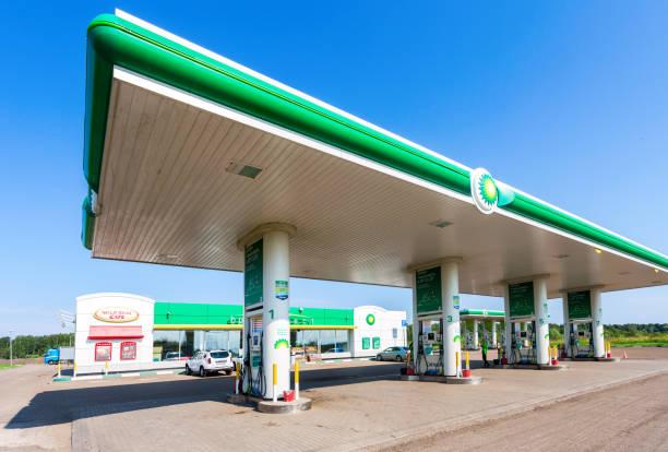 BP oder British Petroleum Tankstelle in Sommertag – Foto