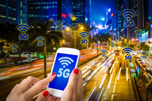 5g Or Lte Presentation Woman Hand Using Smartphone With Modern City On The Background - Fotografie stock e altre immagini di 5G