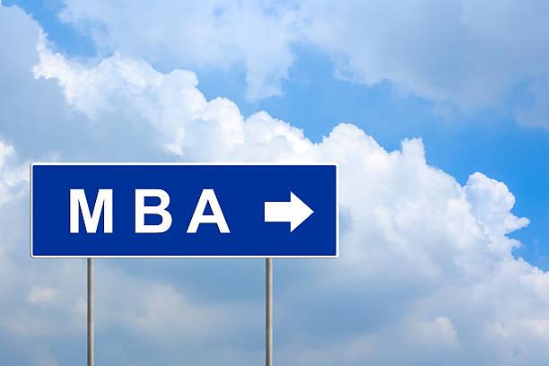 Bachelor- oder Master of Business Administration auf blaue Straßenschild – Foto