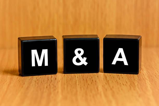 M & einer Fusion, Übernahme oder text auf block – Foto