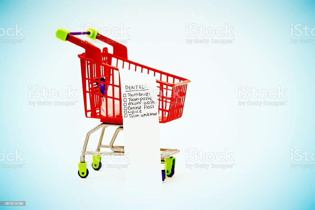 Mundhygiene Einkaufszettel In Miniatureinkaufswagen - Stockfoto | iStock
