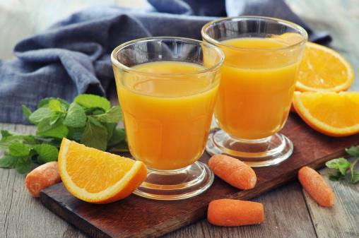 Naranja Y Zumo De Zanahoria Foto de stock y más banco de imágenes de Alimento