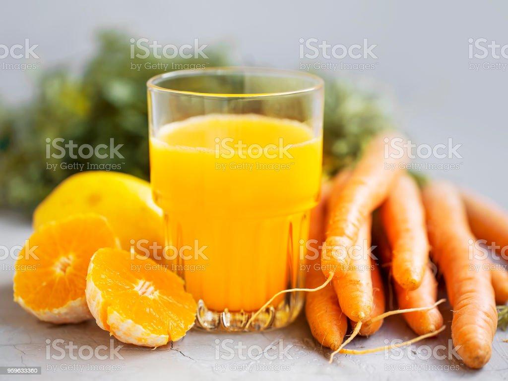 Vidrio, jugo natural saludable de jugo de naranja y zanahoria - Foto de stock de Alimento libre de derechos