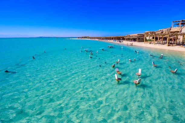 Orange Bay Beach mit kristallklarem azurblauem Wasser und weißem Strand - paradiesische Küste der Insel Giftun, Mahmya, Hurghada, Rotes Meer, Ägypten. – Foto