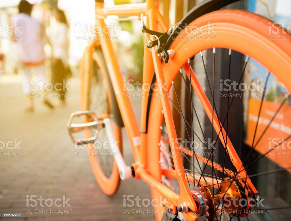 Orange Fahrrad geparkt in Stadt Amsterdam – Foto