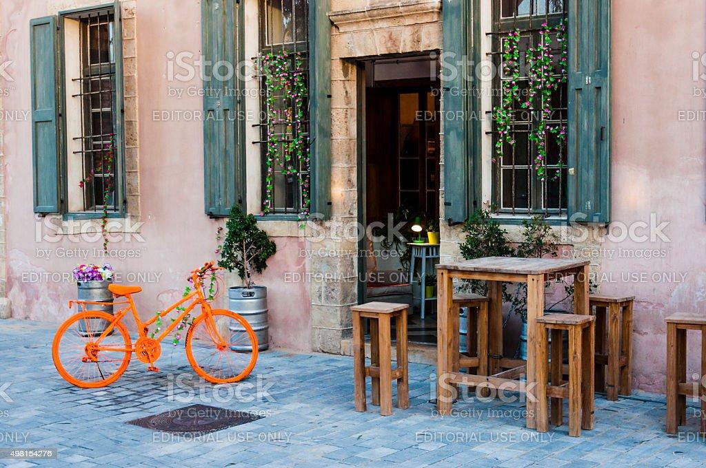 Sgabelli Con Bici : Arancio bicicletta tavolo in legno con sgabello vecchio edificio