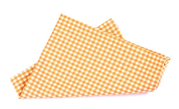 Orangenbraune Serviettentischkleidung auf weißem Hintergrund. – Foto