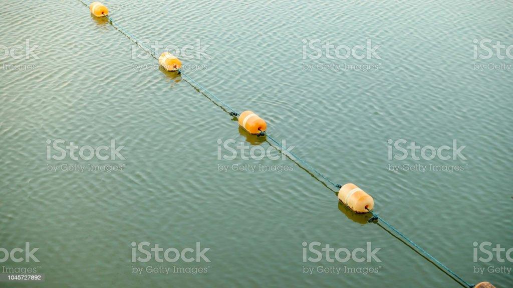 Orange Bojen im Wasser oder See – Foto