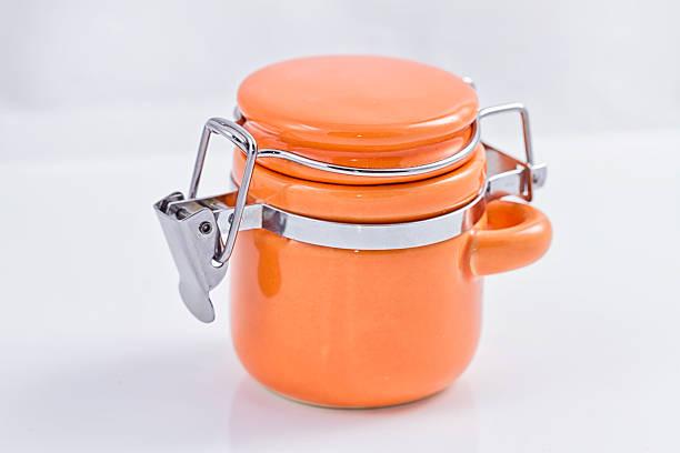 orange keramik einmachglas zum speichern mehrerer produkte mit clip - topfdeckel speicher stock-fotos und bilder