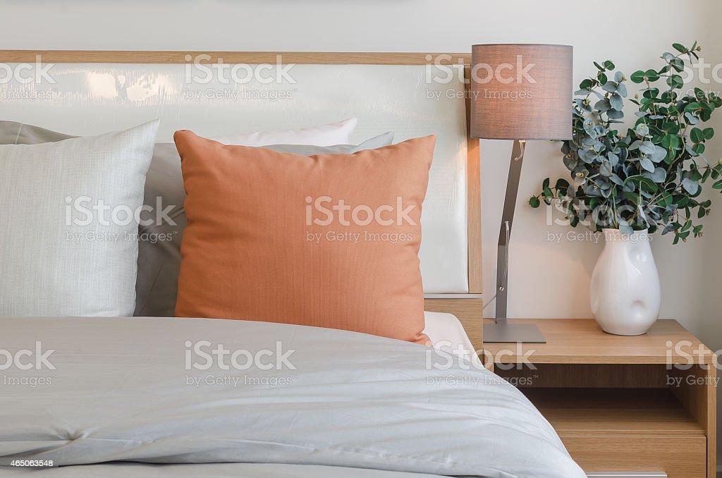 Colore Arancione Cuscino Sul Letto Bianco In Camera Da Letto - Foto ...