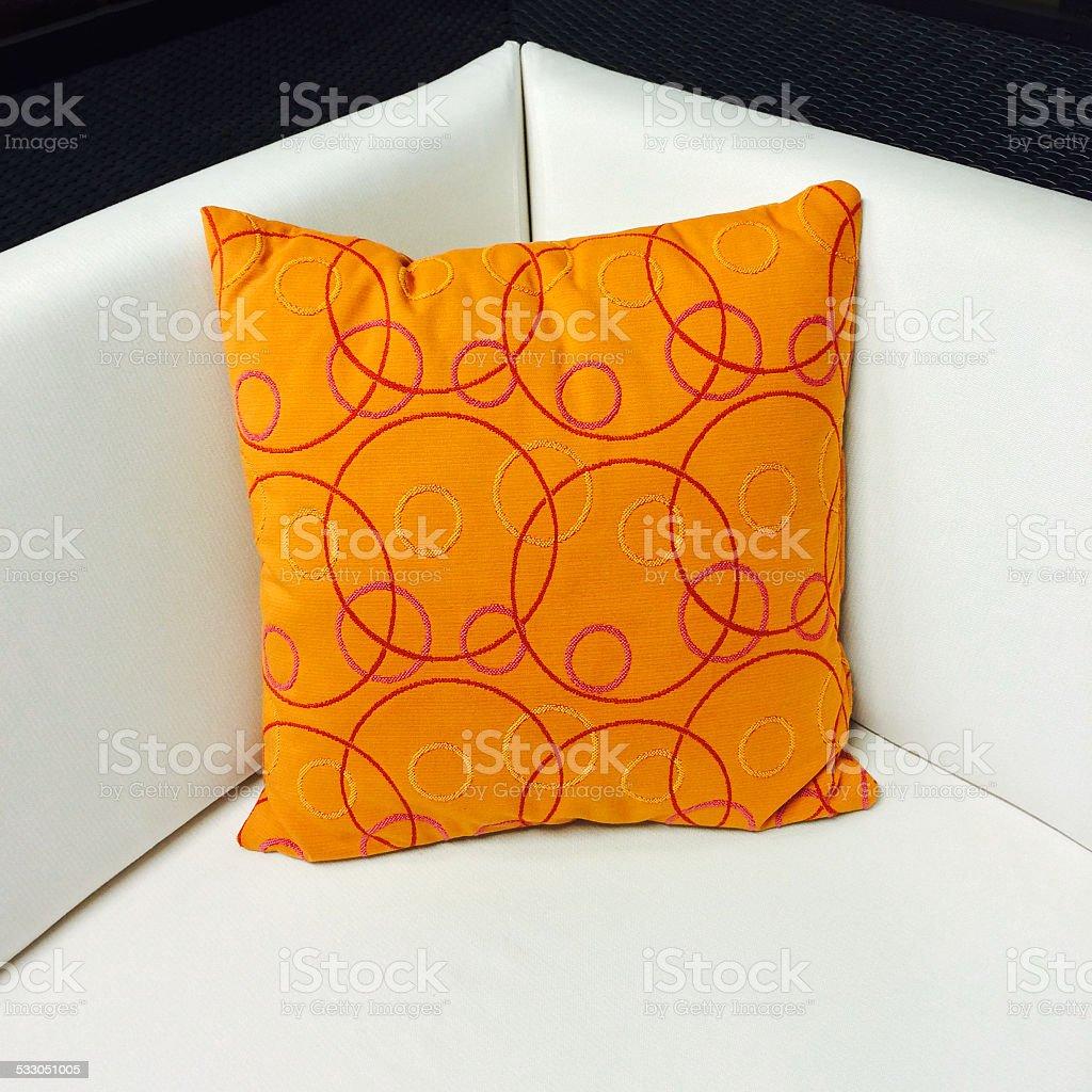 Come Abbellire Un Divano arancio cuscino decorare un divano bianco - fotografie stock