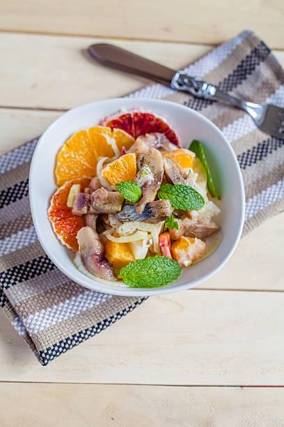 orange, fenchel und harring-salat - orangenscheiben trocknen stock-fotos und bilder