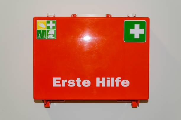 Orange Erste-Hilfe-Fall in deutscher Sprache