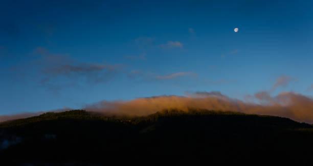 Orange Nebel auf einem Berg – Foto