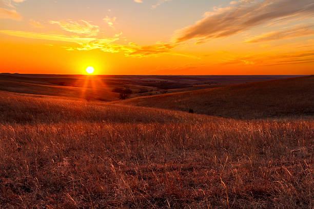 Naranja brillo de un atardecer en Kansas Flint Hills - foto de stock