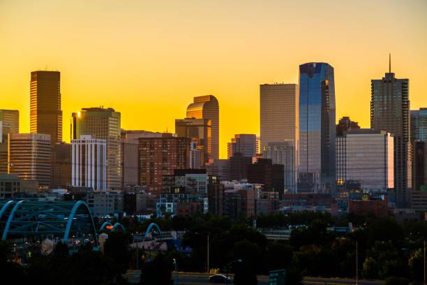 Orange Glow Sunrise in der Mile High City - Denver Colorado USA - Close up auf Skyline Stadtbild wachsen Wolkenkratzer – Foto