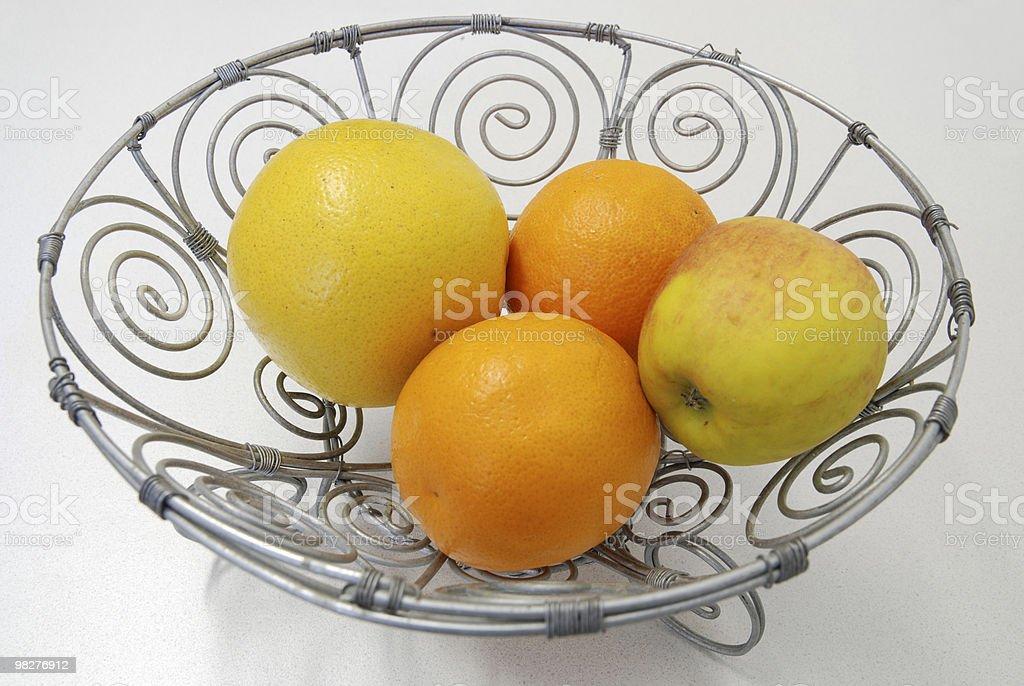 Pompelmo, arancia, mela in una tipica african Cestino di frutta foto stock royalty-free