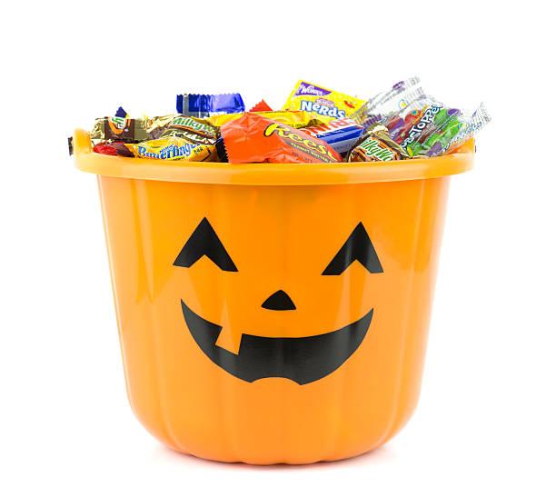 orange halloween eimer gefüllt mit süßigkeiten - milky way stock-fotos und bilder