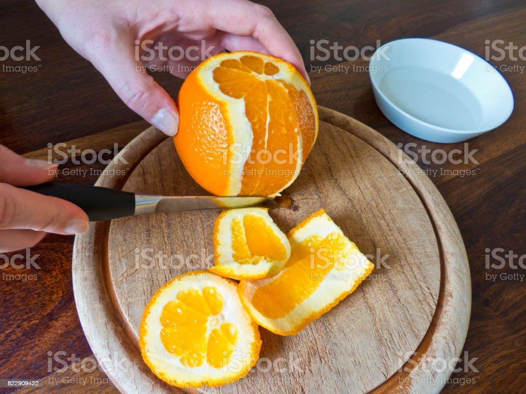 Orange ist auf Holzbrett geschält. – Foto