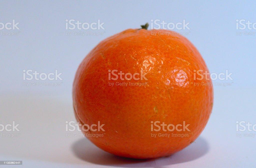 laranja isolada em um backgorund branco - foto de acervo
