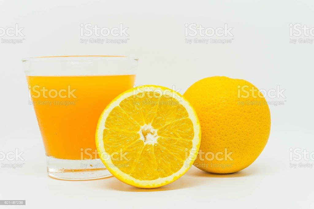 Succo d'arancia e fette di arancia isolato su sfondo bianco foto stock royalty-free