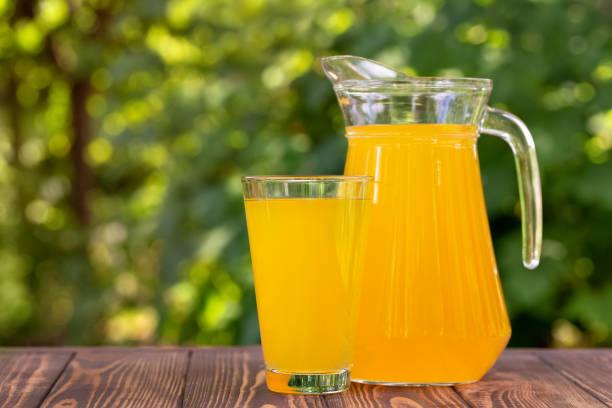jugo de naranja en vidrio y jarra - foto de stock