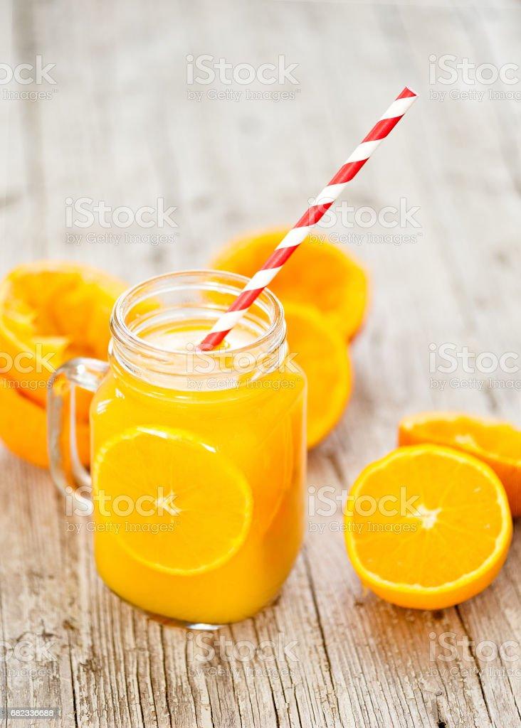 Apelsinjuice isolerad på vit bakgrund med klämde skal royaltyfri bildbanksbilder