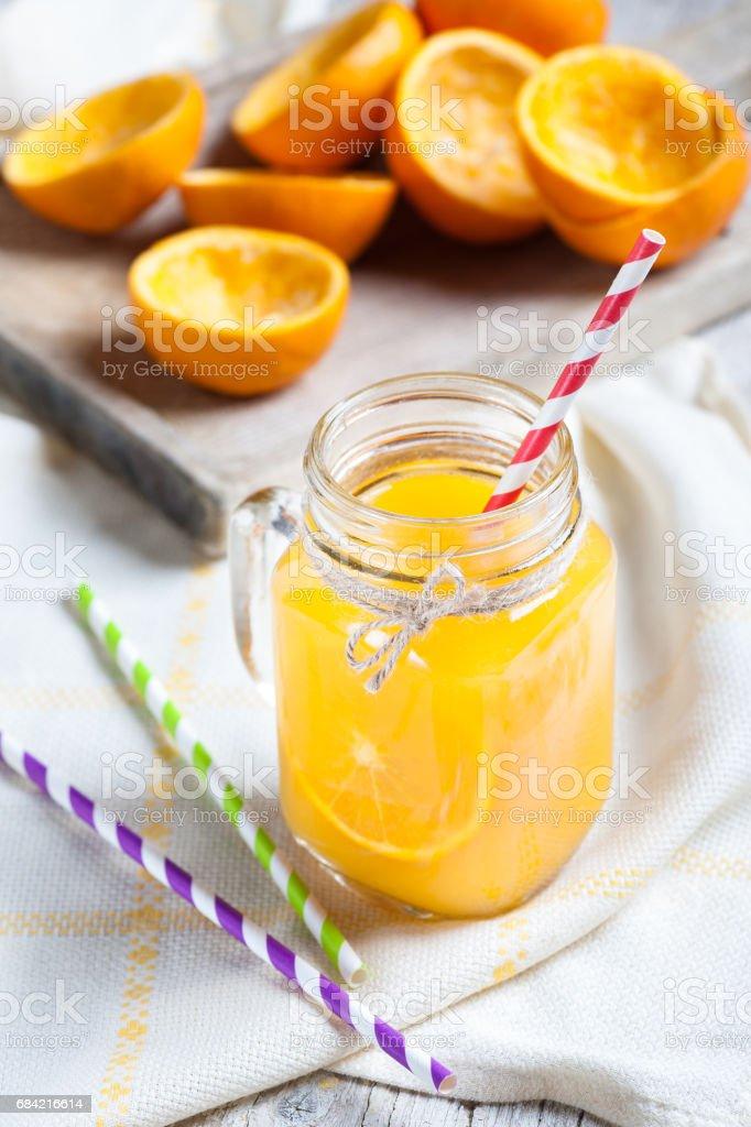 Isolé sur fond blanc avec jus d'orange pressé coquilles photo libre de droits