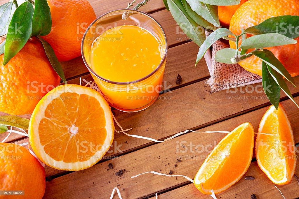 Jugo de naranja en una mesa de madera superior - foto de stock