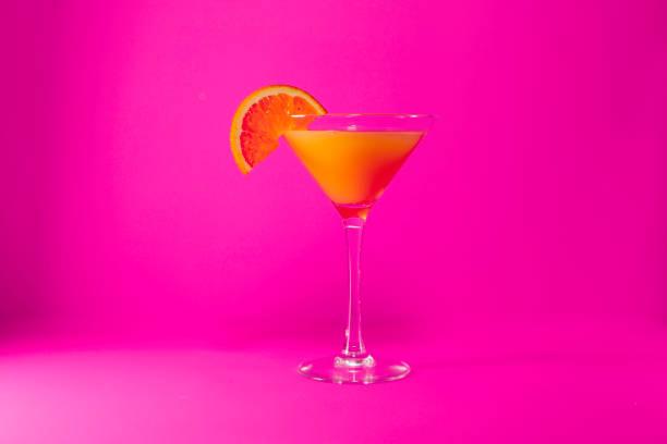 jugo de naranja en color de rosa - foto de stock