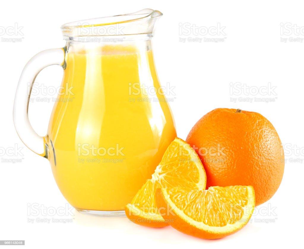 apelsinjuice med orange isolerad på vit bakgrund. juice i kanna - Royaltyfri Apelsin Bildbanksbilder