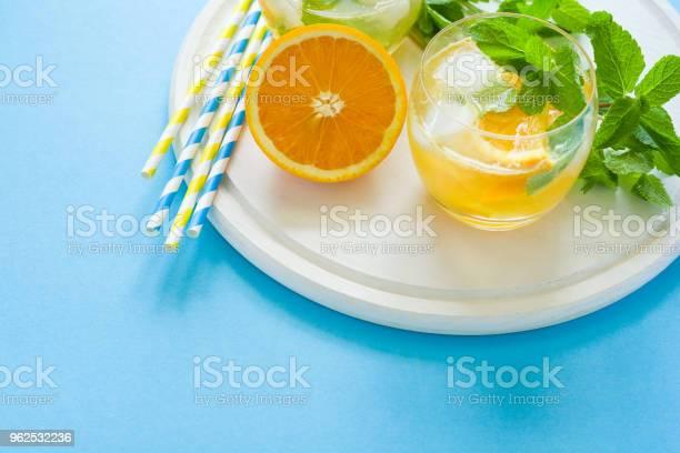 Foto de Laranja Limonada Com Fatias De Laranja Gelo E Hortelã e mais fotos de stock de Alimentação Saudável